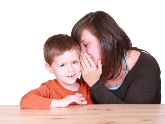 mae-contando-um-segredo-para-o-seu-filho-foto-matka_wariatka-shutterstock-0000000000007557