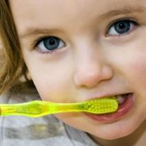 Vídeo: Como fazer a higiene bucal do bebê