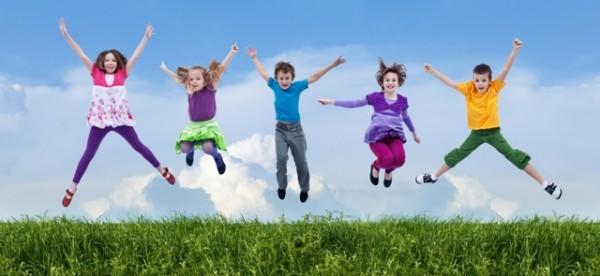 Resultado de imagem para crianças pulando felizes