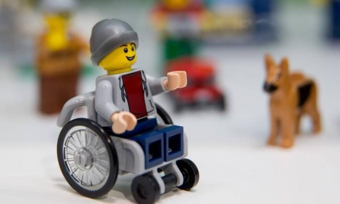 Lego lança boneco em cadeira de roda