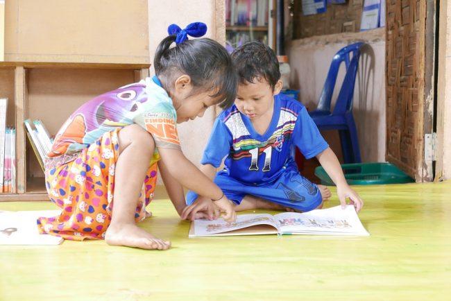 Quatro brincadeiras para ajudar no desenvolvimento linguístico das crianças